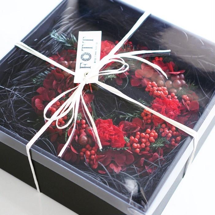 特別な還暦のお祝いにもオススメの赤いフラワーリースはいかがですか?♡