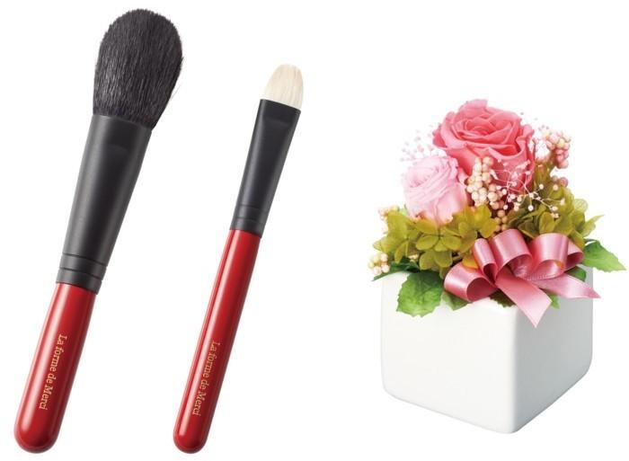 女性が喜ぶ、熊野筆メイクブラシとプリザーブドフラワーアレンジメントのギフトセット