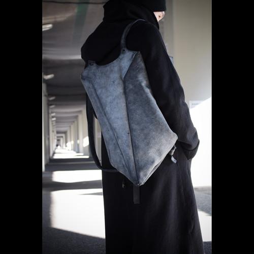 スタイリッシュで都会的。女性アーティストが手掛けるジオメトリックのレザーバックパック
