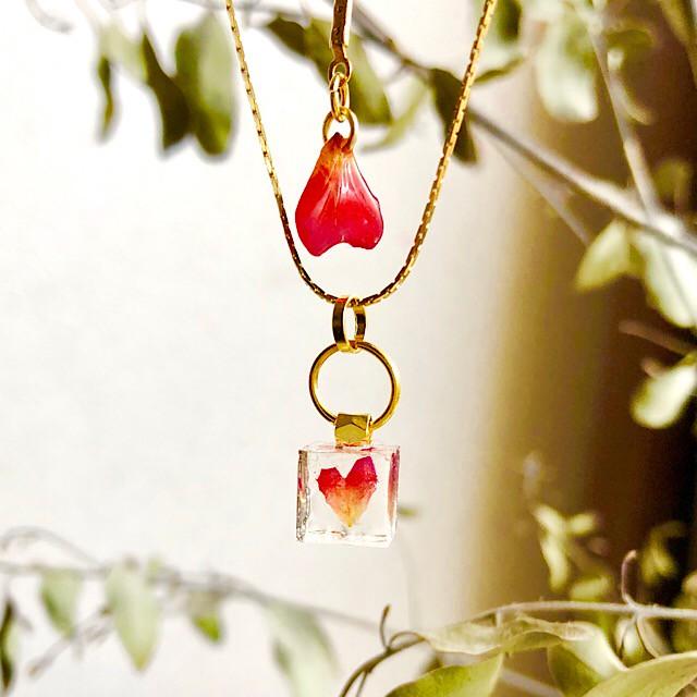 プレゼントにぴったり!本物の薔薇の花びらからつくったネックレス。