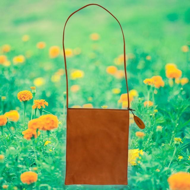 シンプルな斜め掛けバッグ。手ぶらでお散歩に出かけませんか?