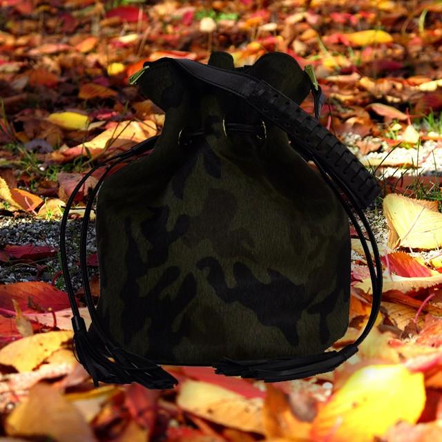 秋らしいカモフラ柄のショートヘアのはらこバッグ。軽快さを感じる巾着型のバッグで秋らしいグッと装いに!