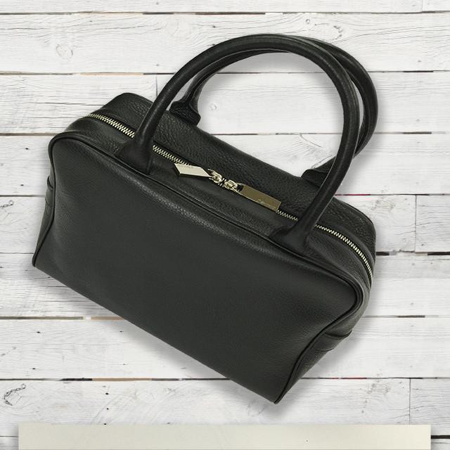 小さめだけど、ちょっと便利。シンプルボックスタイプのバッグはオススメです