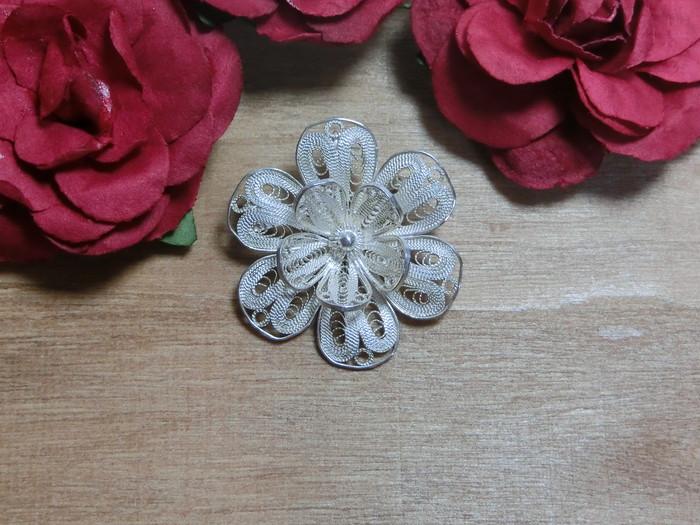 銀線を紡いで作るトルコの伝統工芸。「テルキャーリ」のブローチはいかがですか?