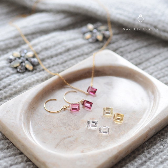 冬のニットに合わせたい!自身を美しく飾る「square gems」 宝石アクセサリー