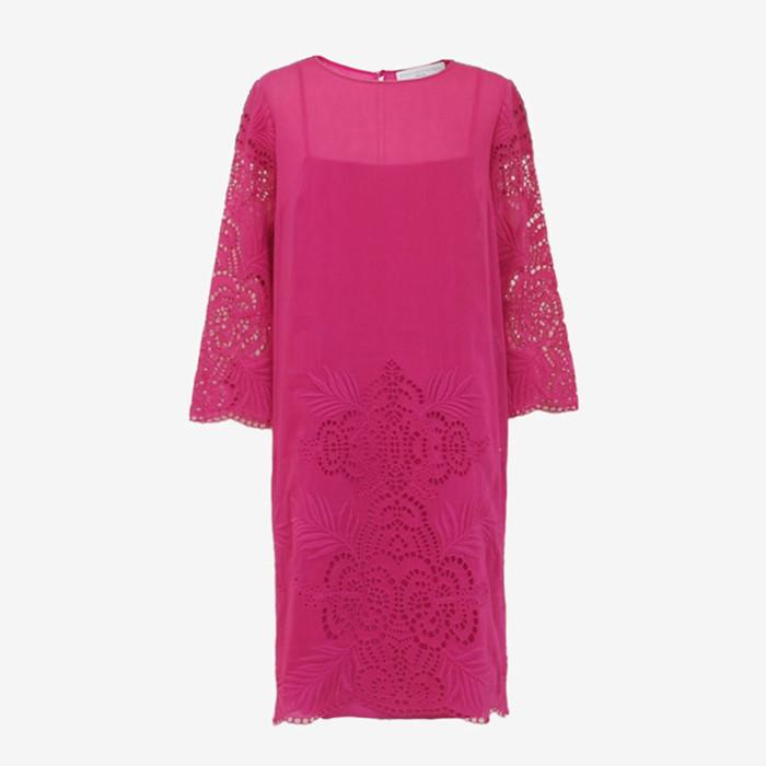 鮮やかなピンクが印象的なステラマッカートニーのドレス