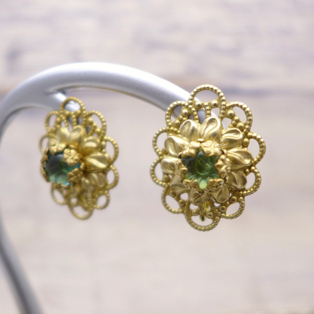 ビンテージ感たっぷりのオーバルシェイプ。エメラルドグリーンのガラスで神秘的に耳元を彩るイヤリング。