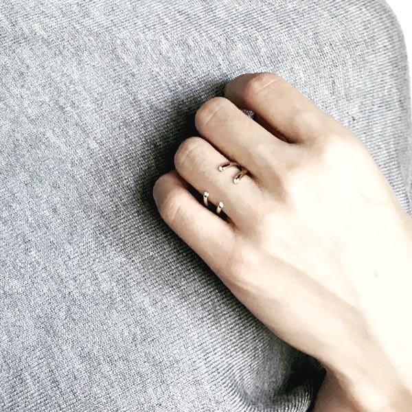 指元をきれいに見せてくれるシンプル&シックなフォークリング