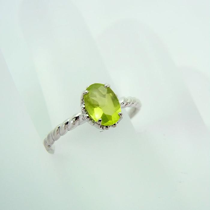 宇宙からの贈り物☆黄緑色に輝く8月の誕生石ペリドットリング♪