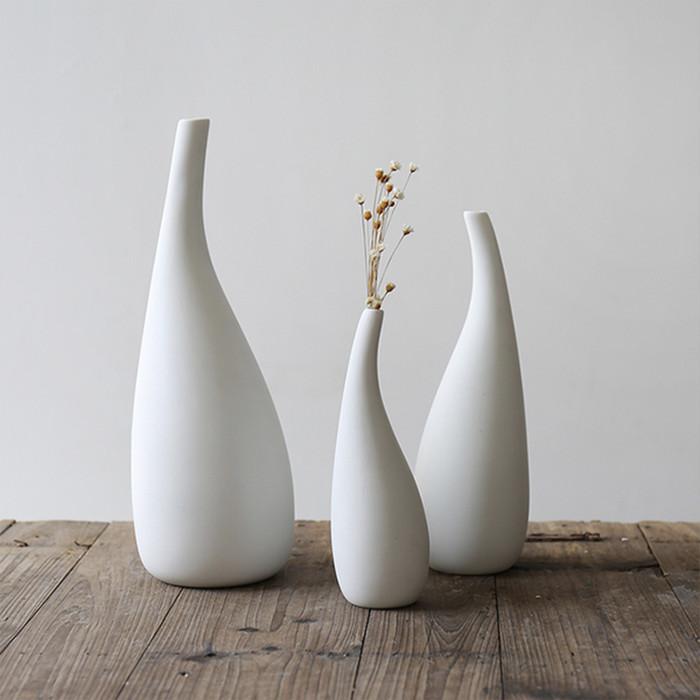デザイン性の高い陶器の風合いが柔らかい ホワイトフラワーベース
