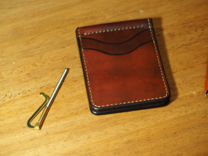 紳士的なスマートさ。歴史ある財布の形。