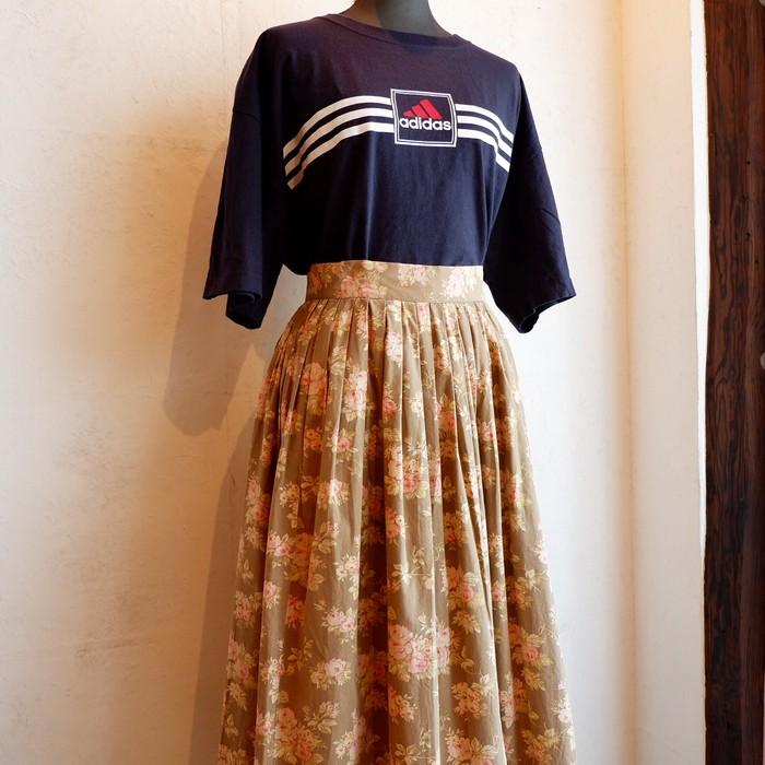 様々なアイテムに馴染む一着。レトロな雰囲気の花柄スカート