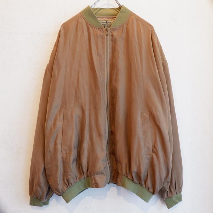 ブラウン×グリーンで落ち着いた印象に。今の時期さらっと羽織りたいシルクブルゾン
