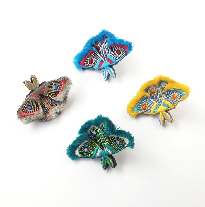 ボリュームたっぷりの羽がかわいい♡蛾がモチーフの刺繍のイヤークリップ&ブローチ