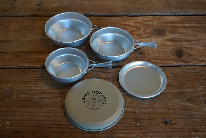 今回ご紹介するのはCAMPOOPERTSオリジナルアイテムの クッカー(鍋&食器)3点セットです。