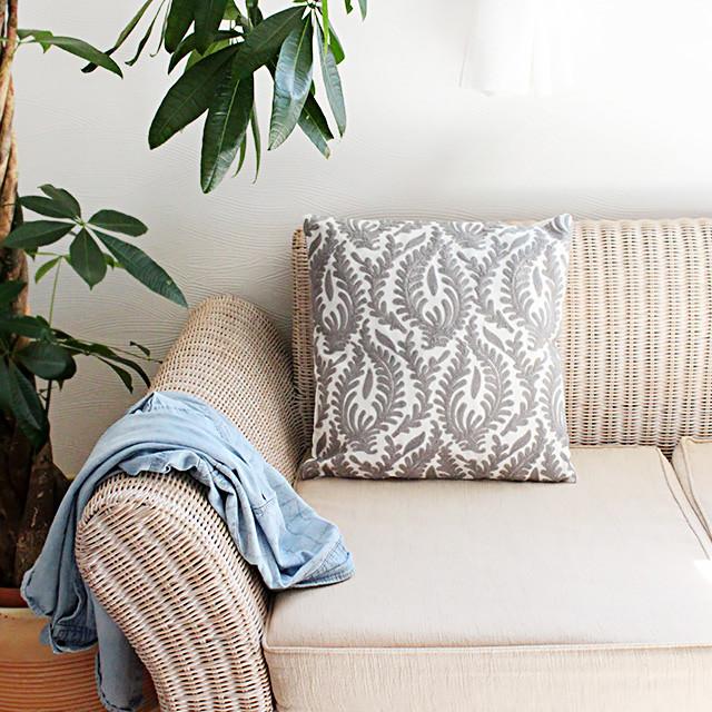 クッション1つでお部屋の雰囲気が変わる!モコモコ立体的な刺繍のクッションカバー