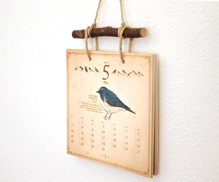 レトロな質感に深みを感じる。図鑑風の絵柄を楽しむカレンダー