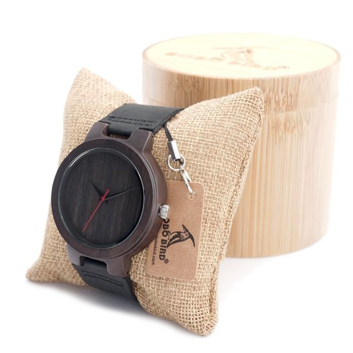 大人の雰囲気を漂わせる。ダークでシンプルな木製腕時計