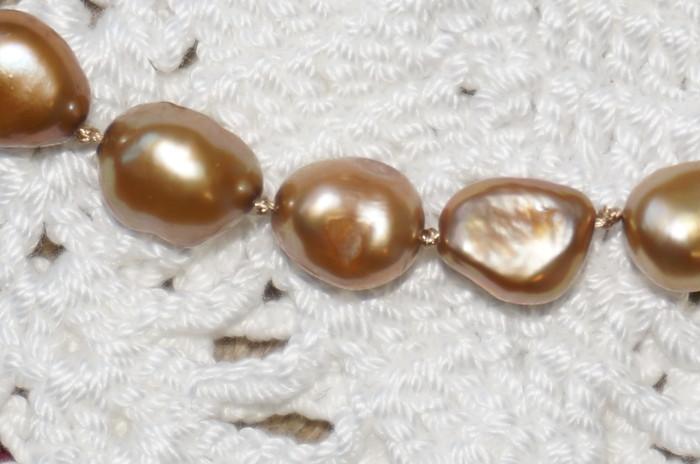 カジュアルに真珠を楽しみませんか? オールノット加工のゴールド染色淡水バロックパールのネックレス!