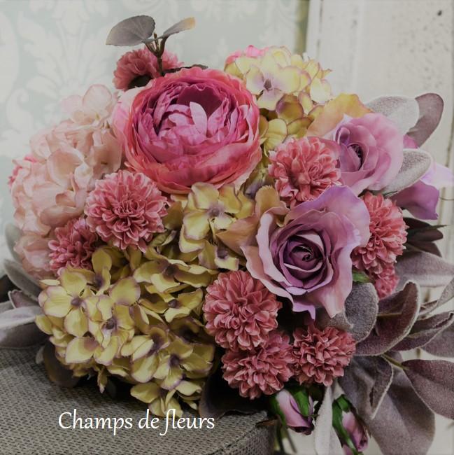 秋の花嫁さんに持ってもらいたいっ!グレイッシュピンクやパープルのクラッチブーケ