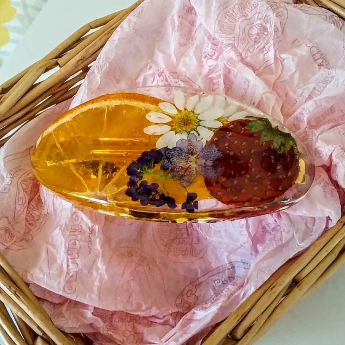 これからの季節におすすめなフルーツと押し花のバレッタ
