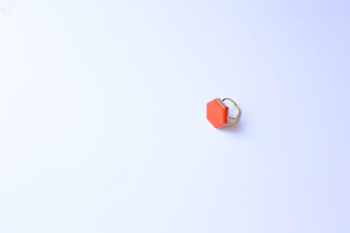 手元のおしゃれに、美濃焼の多治見六角タイルを使った指輪はいかが?