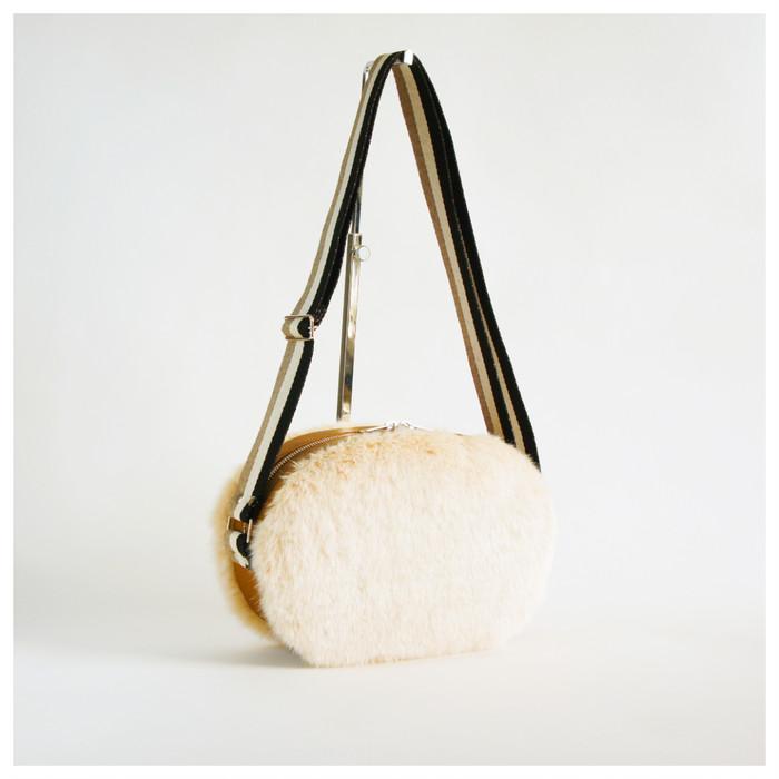 フェイクファーのモコモコ感と太めベルトのカジュアルさが大人可愛いショルダーバッグ