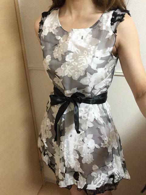 裾からちらりと覗くフリルが可愛い♡花柄ドレスワンピース