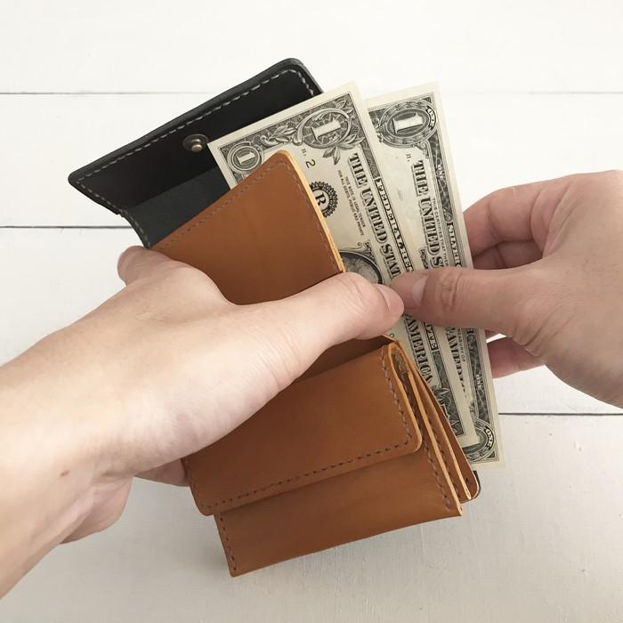 お札を折らずに入れられる♪小さめで便利な「3つ折り財布」