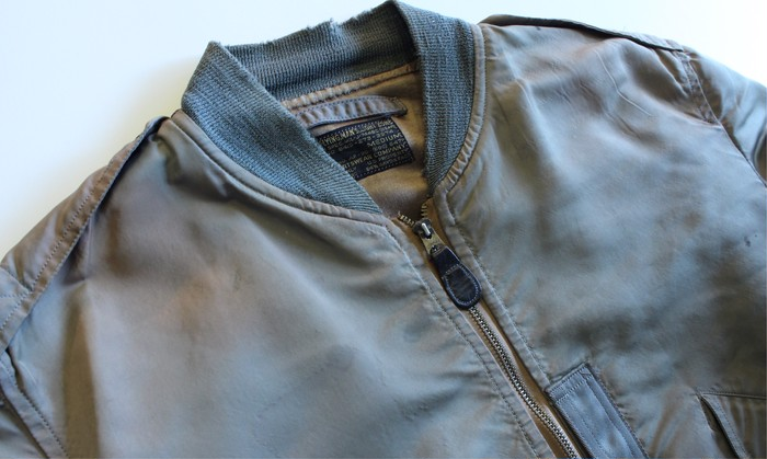 今年の冬も人気が衰えなさそうな、ナイロン製フライトジャケットです