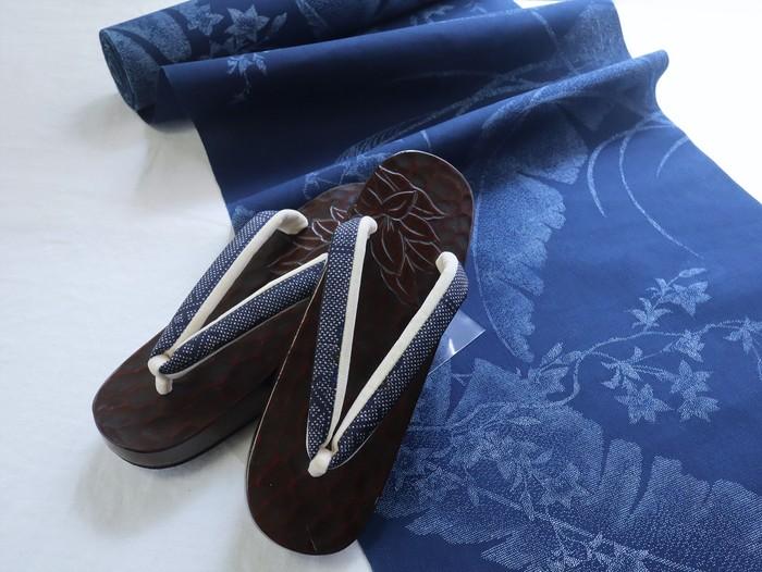 オトナ浴衣スタイリングの決め手は、鎌倉彫り桐下駄