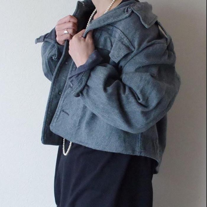 ミリタリージャケットで、大人可愛さをプラスして