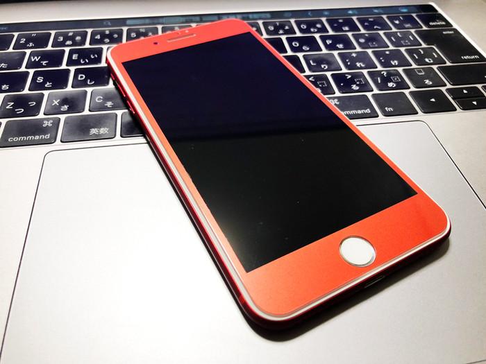 紅葉が深まる秋にピッタリ。iPhoneが高級デザインに変身する耐衝撃対応レッドガラスフィルム