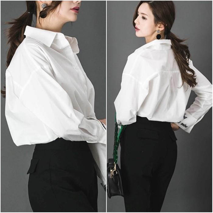 ロゴ刺繍で個性的に!持っていると便利な白シャツ