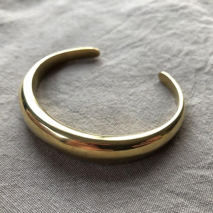 上品にトレンド感をプラス。ケニアの職人によるハンドメイド・ブランドSOKOの真鍮バングル