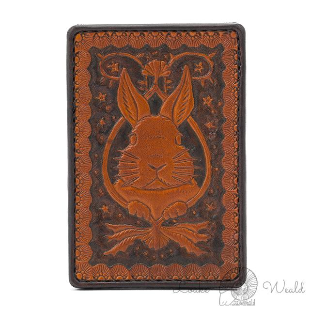 アンティーク調本革製のウサギのパスケースで心弾むお出かけを。