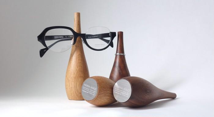 オーダー家具職人が作る「インテリア」としての木製眼鏡スタンド
