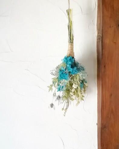 爽やかブルーの紫陽花のスワッグでお部屋に涼しさを