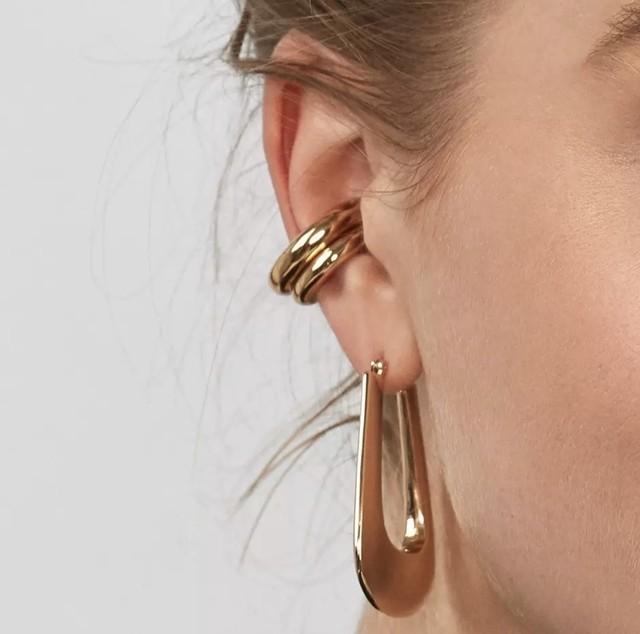 ぽってりと厚みのあるゴールドのイヤーカフ 気軽にトレンド感溢れるスタイルに!