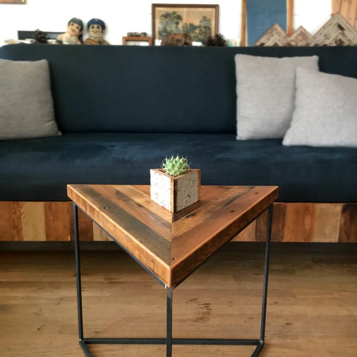 省スペースな三角形の優秀サイドテーブル ~ミニマルなデザインに西海岸の古材が相性◎~