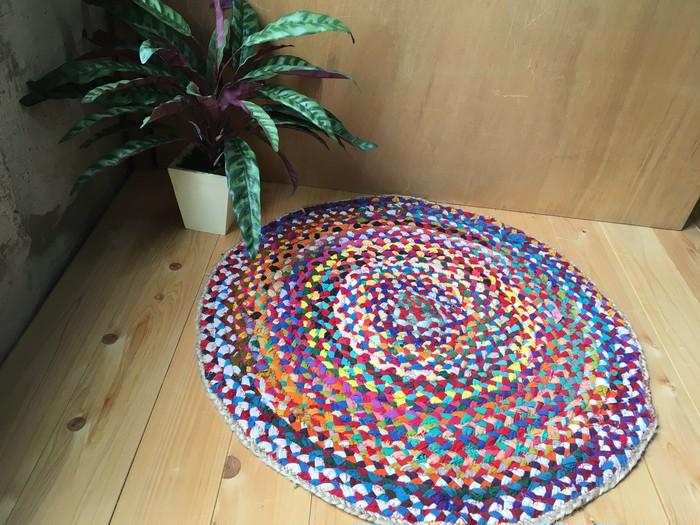色鮮やかなハギレとジュートで織りなされるインディアサマーラグ