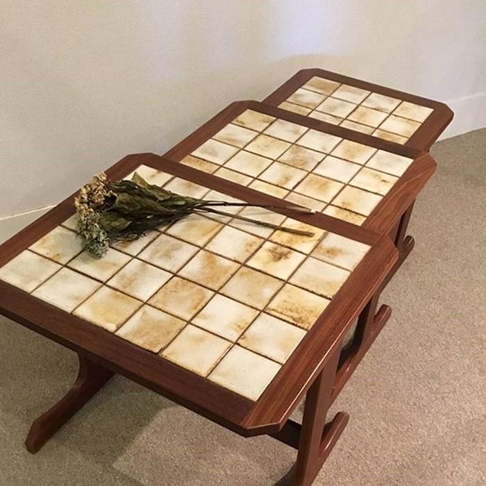 3点セットでスマートに収納可能!独創的なタイル仕様のヴィンテージテーブル!