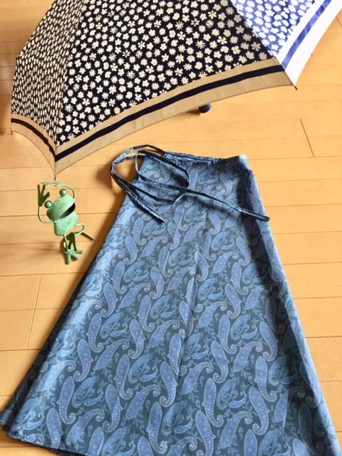 雨の日の通勤やお出かけに「レインスカート」を着てみませんか?