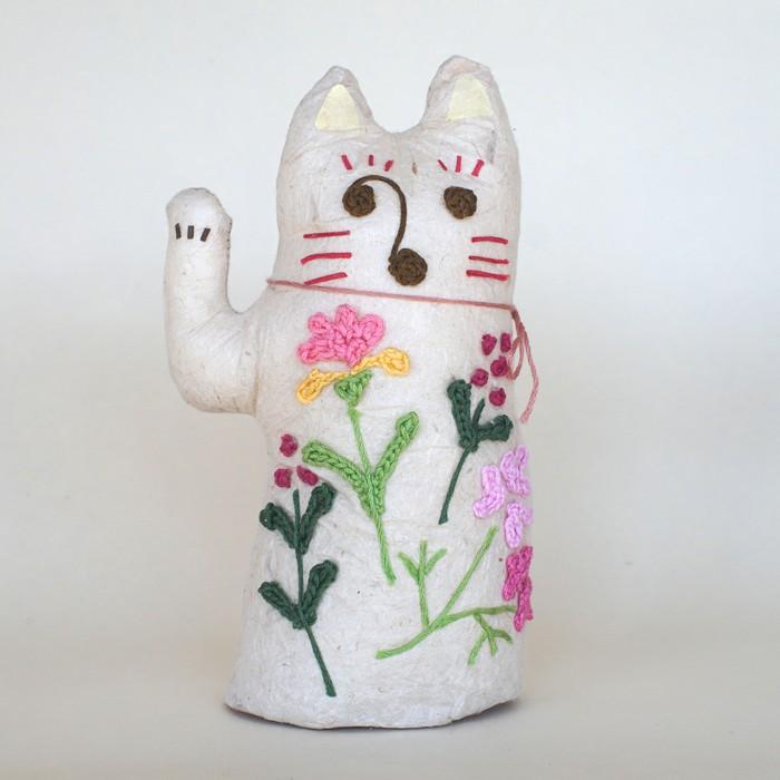 手漉き和紙と刺繍花のまねきねこで、お家やお店にやさしく彩りを。