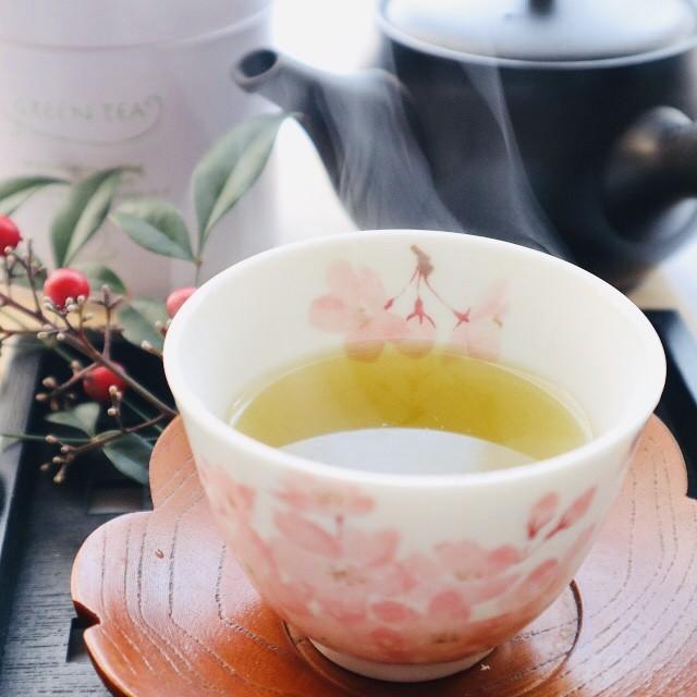 寒い朝、熱く淹れた煎茶で目を覚まし、脳を起こします!