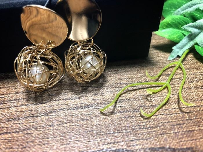 ゴールドワイヤーボールを主役に耳元に華やかさと高級感をプラスする大人可愛いデザインのピアス♪