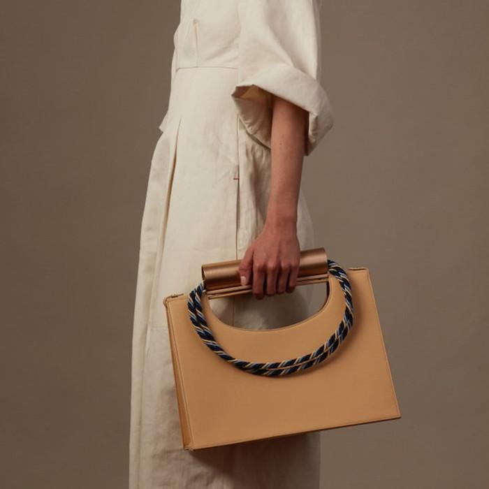 大人モードなデザインが目を惹く【 Cylinder rope handbag 】