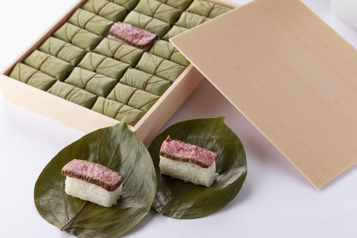 贈答に大人気。折り箱に入った「柿の葉肉寿司24個入」はいかがですか??