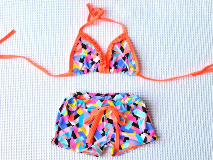 ネオンカラーが鮮やかな幾何学模様のビキニ水着(対象年齢:2~5歳)