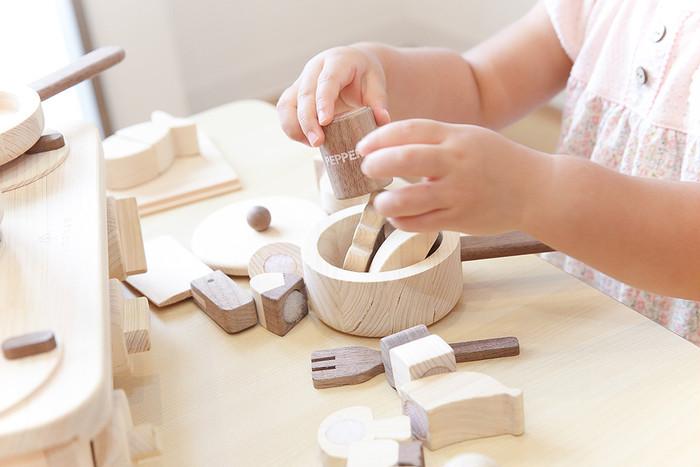 本物そっくりの上質な木のキッチン。遊びながらお片づけの習慣も身につきます